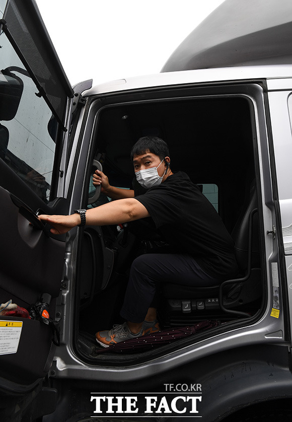 하루 15시간의 고된 노동을 마친 김 씨가 마지막 배송을 마친 뒤 숙소로 돌아가고 있다.