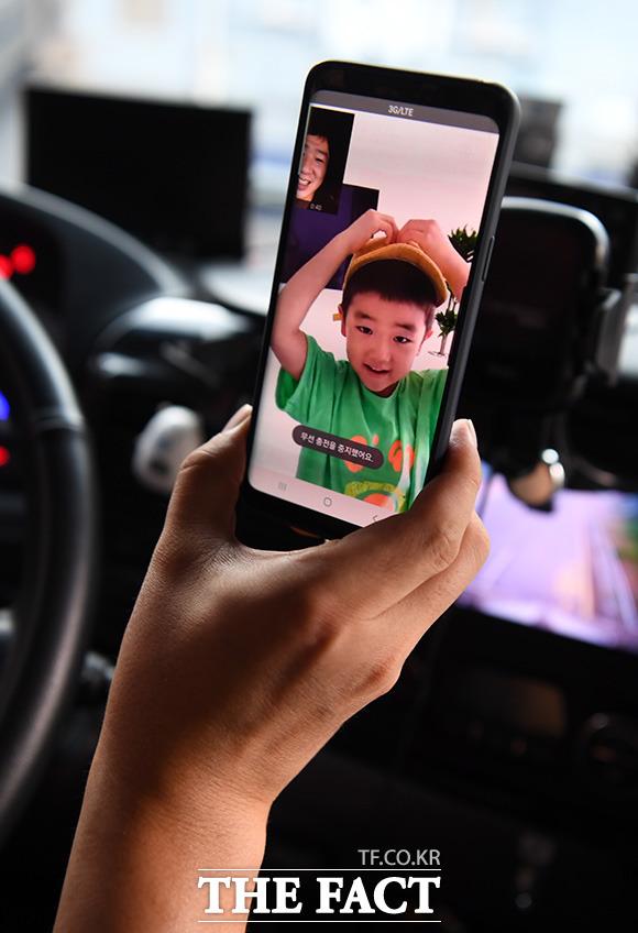 쉬는 시간에는 자주 보지 못하는 가족과 영상 통화를 한다. 7살 아들 준서가 아빠와 영상통화를 하며 하트를 그려 보이고 있다.