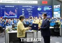[TF사진관] 'K-방역 영웅' 정은경 위해 현장에서 임명장 수여한 문 대통령