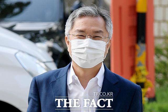 업무방해 혐의로 기소된 최강욱 열린민주당 대표가 15일 오후 서울 서초구 서울중앙지방법원에서 열린 속행공판에 참석하기 위해 미소를 지으며 법정으로 들어서고 있다. /이선화 기자