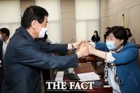 [TF포토] 주먹 맞댄 진영-서영교