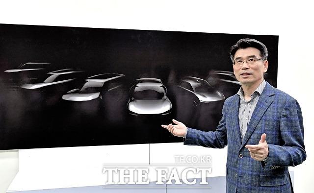 송호성 기아차 사장이 화성공장을 방문해 오는 2027년까지 출시를 계획 중인 전용 전기차 모델 라인업의 스케치 이미지를 공개했다. /기아차 제공
