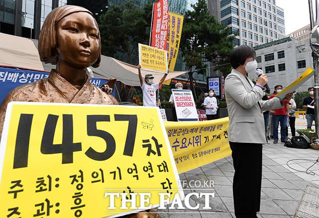 이나영 정의연 이사장이 16일 오후 서울 종로구 옛 일본대사관 앞에서 진행된 제1,457차 일본군 성노예제 문제해결을 위한 정기 수요시위 기자회견에 참석해 주간보고를 하고 있다. /남용희 기자