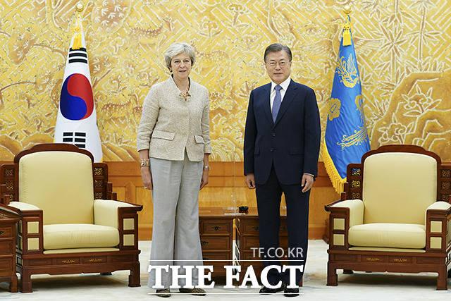 문재인 대통령이 16일 오후 청와대에서 세계지식포럼 참석차 방한한 테리사 메이 전 영국 총리(왼쪽)를 접견하고 있다. / 청와대 제공