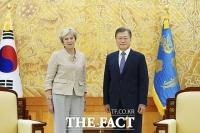 [TF사진관] 메이 전 영국 총리 접견한 문 대통령, '코로나 후 첫 귀빈'