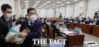 [TF포토] '쿠데타 세력 국회 입성' 홍영표 발언에 퇴장하는 신원식