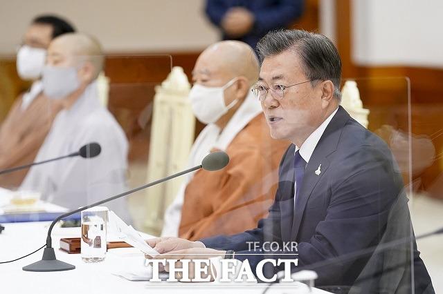 문재인 대통령이 18일 오전 청와대 본관에서 열린 한국 불교지도자 초청 간담회에 참석해 발언을 하고 있다. /청와대 제공