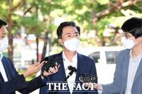 [TF포토] 취재진 질의에 답하는 김태흠 의원