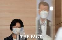[TF포토] 진영 장관의 발표 바라보는 추미애 장관