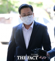 [TF포토] 법원 들어서는 이장우 전 의원