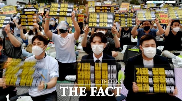 인천국제공항공사노동조합이 지난달 1일 서울 중구 청계천로 예금보험공사 앞에서 '투명하고 공정한 정규직 전환 촉구 문화제'를 개최하고 있다./더팩트DB