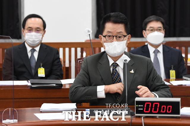 왼쪽부터 국가정보원 김상균 1차장, 박지원 국정원장, 박정현 2차장.
