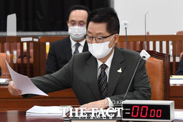 회의 앞두고 서류 검토하는 박지원.