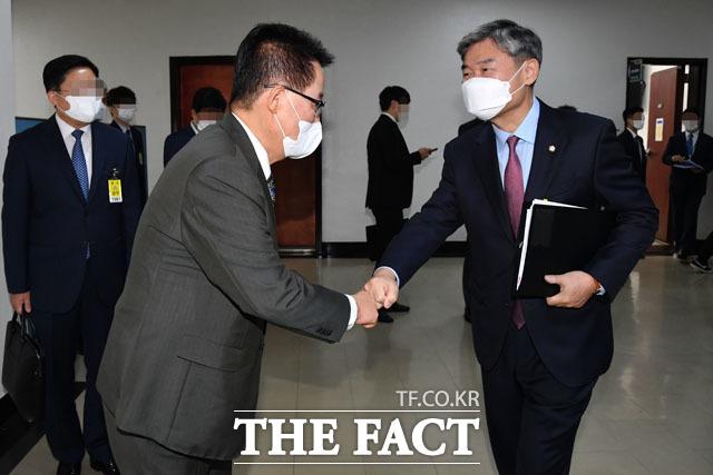 전체회의에 앞서 국민의힘 조태용 의원(오른쪽)과 인사하는 박지원 국정원장.