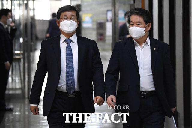 국회 정보위원회 전체회의 참석하는 전해철 국회 정보위원장(왼쪽)과 김경협 의원.