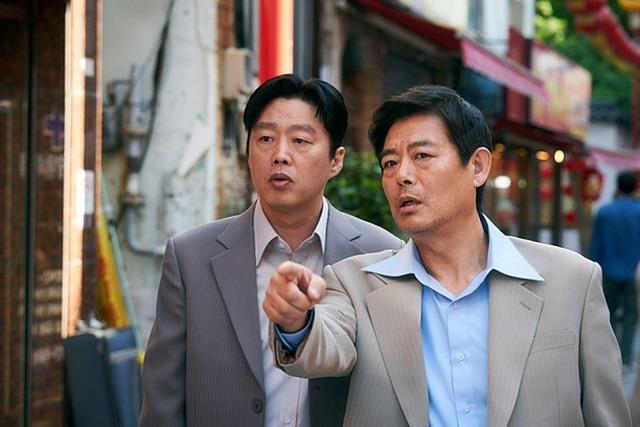 담보는 김희원(왼쪽) 성동일 콤비를 내세운 힐링극이다. /CJ엔터테인먼트 제공