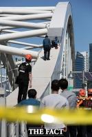 [TF포토] 양화대교 일부 통제, '50대 남성 교각위에서 경찰과 대치중'