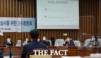 [TF포토] '정치 편향성' 질의받는 조성대