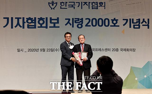 김동훈 회장(왼쪽)과 공로패를 받은 이성춘 14대 기자협회장이 기념촬영을 하고 있다.