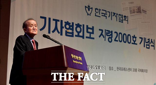 인사말 하는 이성춘 14대 기자협회장.