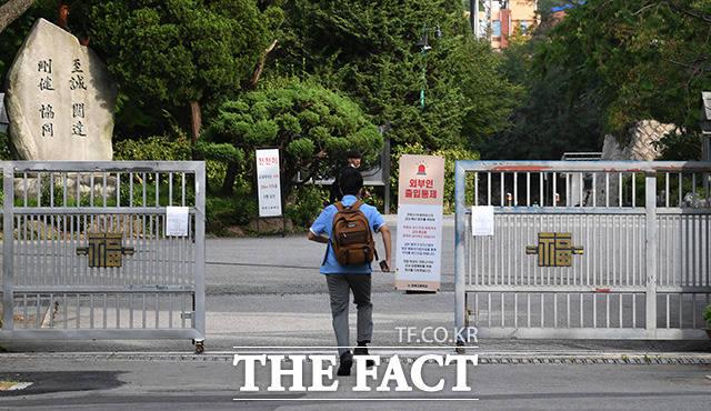 등교 개학이 다시 시작된 뒤 서울에서 처음으로 신종 코로나바이러스 감염증(코로나19) 학생 확진자가 나왔다. 학생들의 등교가 재개된 21일 오전 서울 종로구 경복고등학교 학생들이 등교를 하고 있다. /남용희 기자