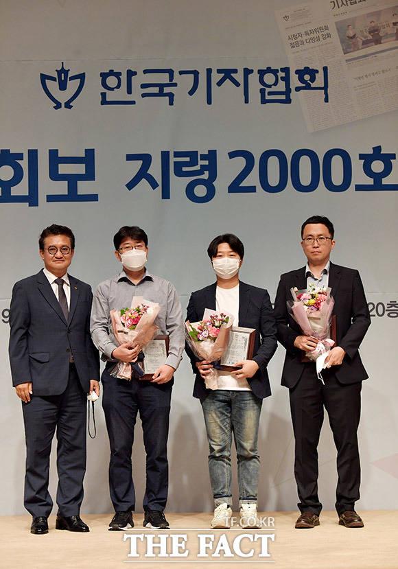 김동훈 회장(왼쪽)이 지령 2000호 기념 오행시 공모 수상자들과 기념촬영을 하고 있다.