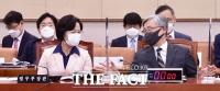 [TF포토] 대화 나누는 추미애-최재형