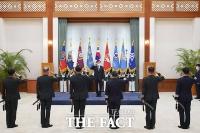 [TF포토] 군 장성 진급 및 보직 신고 받는 문재인 대통령