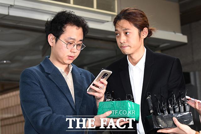2019년, 서울중앙지방법원 영장실질심사에 출석하는 정준영(오른쪽).