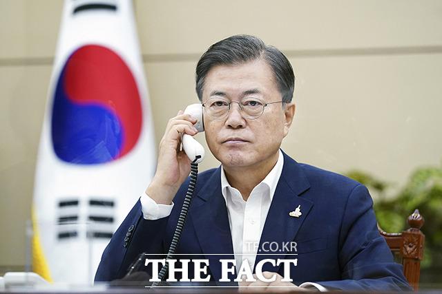문재인 대통령이 24일 오전 청와대에서 스가 요시히데 일본 총리와 전화 회담을 하고 있다. / 청와대 제공