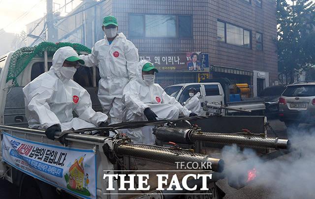 24일 오후 서울 성북구 사랑제일교회 인근에서 방역 관계자들이 코로나19 집단감염 발생지역 및 관내 취약지역에 대한 집중방역을 하고 있다. /이동률 기자