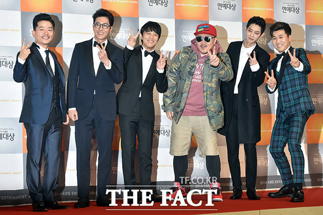 2014년, 인기 예능프로그램 1박2일 멤버로 KBS 연예대상에 참석한 정준영(왼쪽 다섯번째).