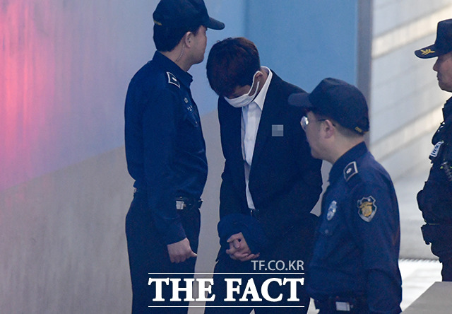 2019년, 구속 후 첫 공판준비기일에 출석하는 정준영(가운데).