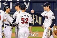 [TF사진관] '1점차 승리', 기쁨 나누는 두산 선수들