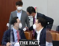 [TF사진관] 국회 운영위서 대화 나누는 국민의힘 지도부