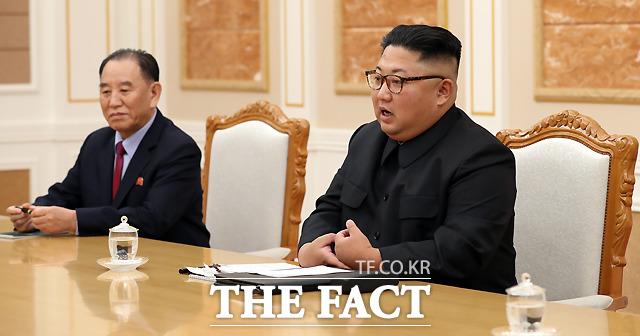 김정은(오른쪽) 국무위원장이 25일 북한의 우리 공무원 피살 사건 관련해 사과했다. 이와 관련해 남북관계가 개선되는 것 아니냐는 목소리도 나온다. 2018년 9월 평양 조선노동당 중앙위원회 본부 청사에서 열린 문재인 대통령과의 정상회담에서 인사말을 하는 김 위원장. / 평양사진공동취재단