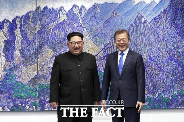 청와대가 25일 문재인 대통령과 김정은 북한 국무위원장이 주고받은 친서를 공개했다. 사진은 2018년 4월 판문점 평화의 집에서 신장식 작가의 그림 상팔담에서 본 금강산을 배경으로 기념촬영하는 남북 정상. /한국공동사진기자단