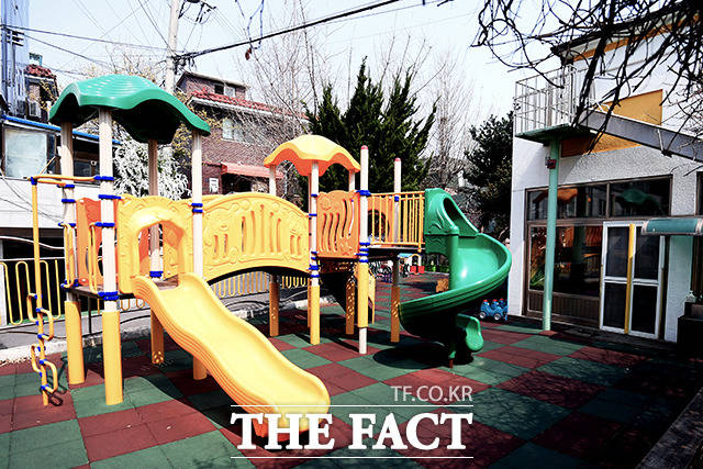 서울 관악구 사랑나무어린이집에서 발생한 신종 코로나바이러스 감염증(코로나19) 확진자가 원아 1명을 포함해 6명까지 늘어났다. 서울 동작구의 한 어린이집 놀이터가 텅 비어있다. 사진은 기사 내용과 무관함. /이선화 기자
