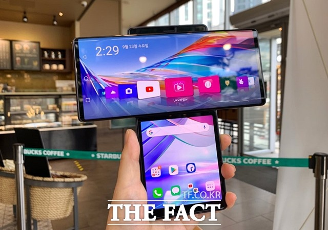 LG전자가 온라인 언팩을 통해 공개한 전략 스마트폰 LG 윙은 폴더블 형식이 아닌 화면을 돌리는 방식을 최초로 적용했다. /최수진 기자