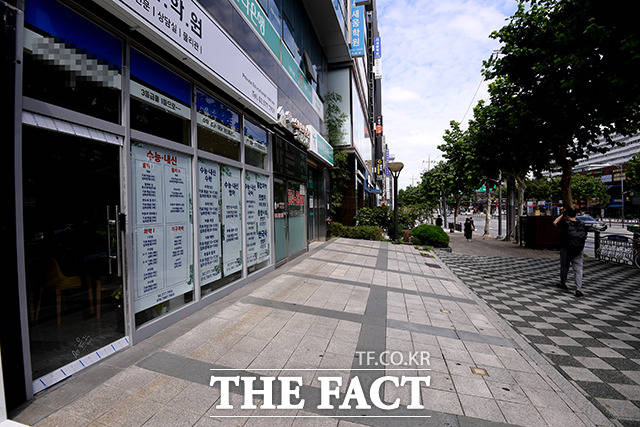 지난달 31일 코로나19 여파로 인한 사회적 거리두기 강화로 서울 강남구 대치동 한 거리가 평소보다 한산한 모습을 보이고 있다.  /이선화 기자