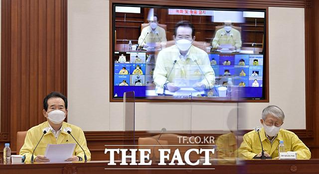 정세균 국무총리(왼쪽)가 27일 오후 서울 종로구 정부서울청사에서 열린 코로나19 대응 중앙재난안전대책본부 회의에서 모두발언을 하고 있다. /이덕인 기자