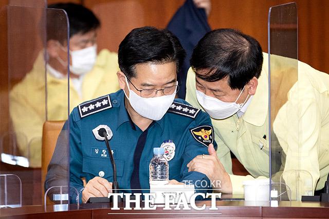 대화하는 김창룡 청장(왼쪽)과 구윤철 국무조정실장.