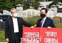 [TF포토] 1인 시위 현장 찾은 김종인 비대위원장