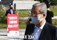 [TF포토] 취재진 질문에 답변하는 김종인 위원장