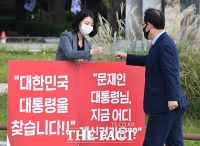 [TF포토] 배현진 의원과 1인 시위 교대하는 주호영 원내대표
