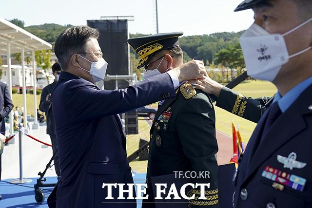 황대일 육군 제1군단장에게 보국훈장 국선장을 수여하는 문재인 대통령(왼쪽)