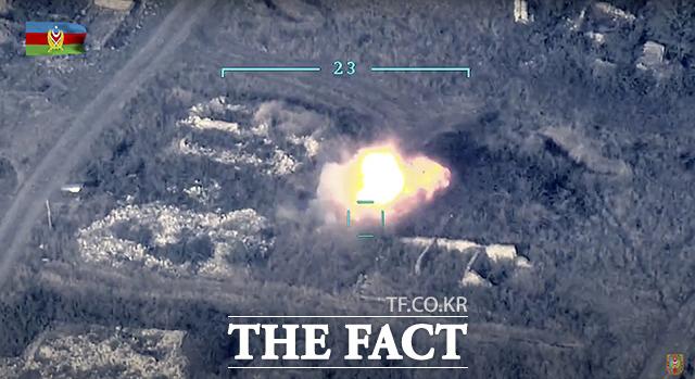 27일 아제르바이잔 국방부가 공개한 아제르바이잔군이 나고르노-카라바흐 공화국의 연락선에서 아르메니아 대공 시스템을 파괴하고 있는 사진. / AP.뉴시스
