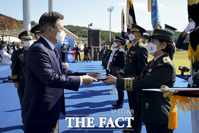 정의숙 국군간호사관학교장에게 대통령 부대표창을 수여하는 문재인 대통령(왼쪽)