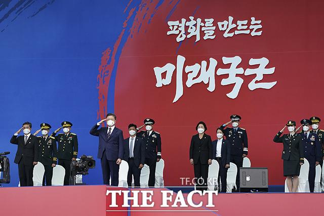 경례하는 문재인 대통령(왼쪽 네번째)