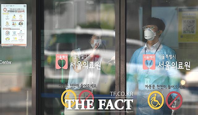 서울의 신종 코로나바이러스 감염증(코로나19) 확진자가 한 달 보름여 만에 10명대를 나타냈다. 서울 중랑구 서울의료원에서 관계자가 입구를 지키고 있다. /이새롬 기자